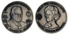 Medalha de apresentando o rosto de Kurt Prober e de Dona Lotty, esposa de Kurt Prober