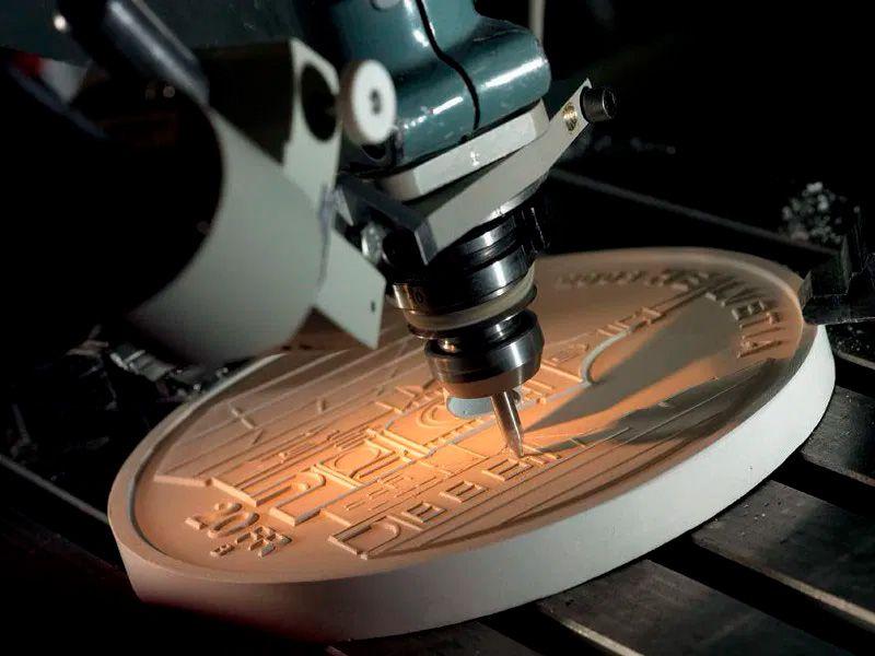 Pantógrafo fazendo leitura do molde de borracha com o desenho a ser traçado no cunho matriz